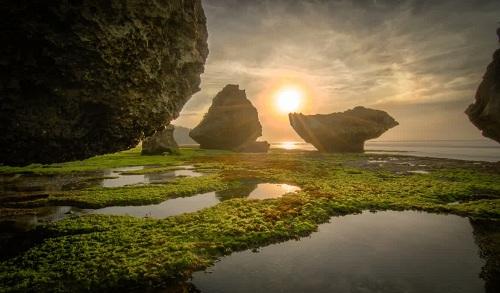Wisata Pantai Tersembunyi Memikat, Pantai Padang-padang